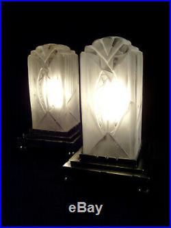 L. Hugue Paire De Lampes Art Déco En Verre Moulé Pressé Et Métal Poli 1930