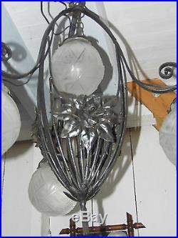 LUSTRE ART DÉCO MULLER FRERES LUNEVILLE, FER FORGE 4 FEUX boules/tulipes verre