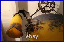 Lustre Art déco monture fer forgé vasque et tulipe pâte de verre signé Delatte