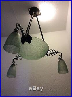 Lustre quatre feux en verre craquelé vert et monture en fer forgé Art Déco